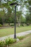 Cargo a energia solar da lanterna no parque Imagens de Stock