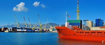Cargo général dans les récipients de attente de port à Gênes, Italie images stock