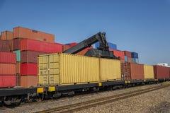 Cargo industrial del envase con la grúa de trabajo al transporte ferroviario al habour en área logística de las importaciones/exp Fotografía de archivo libre de regalías