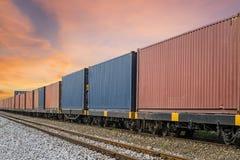 Cargo industrial del envase con la grúa de trabajo al transporte ferroviario al habour en área logística de las importaciones/exp Foto de archivo libre de regalías