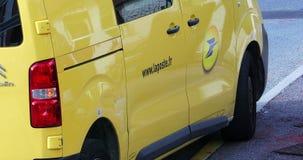 Cargo La Poste de Van With Logo Of French da estação de correios vídeos de arquivo