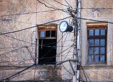 Cargo leve velho com muitos fios ou cabos elétricos da fonte foto de stock
