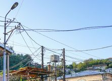 Cargo leve velho com muitos fios ou cabos elétricos da fonte para uma comunicação do telefone foto de stock royalty free