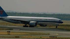 Cargo meridional Boeing 777 de China que lleva en taxi metrajes