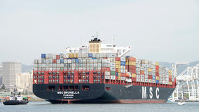 Cargo MSC BRUNELLA arrivant au port d'Oakland images libres de droits