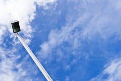 Cargo ou lanterna da lâmpada da luz de rua em um céu azul Foto de Stock