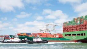 Cargo SEASPAN HAMBOURG entrant dans le port d'Oakland photo libre de droits
