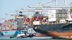 Cargo SEASPAN NINGBO entrant dans le port d'Oakland photographie stock libre de droits