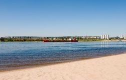 Cargo sec sur le fleuve de Volga Russie image stock