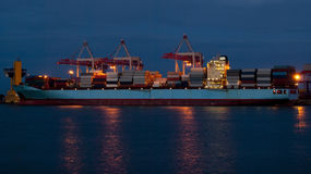 Cargo sur charger dans le port Images libres de droits