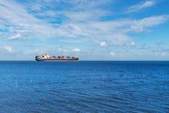 Cargo sur l'ocea bleu large Images libres de droits
