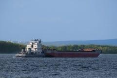 Cargo sur le fleuve Images stock