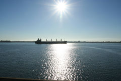 Cargo sur le fleuve de Rue-Laurent Image libre de droits