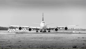 Cargolux flygbolagBoeing 747 flygplan med 4 motorer på jordmonokrom arkivfoton