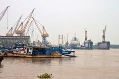 Cargos dans un port photos stock