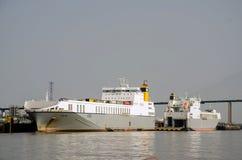 Cargos de roulier amarrés à quai sur la Tamise Londres Images libres de droits