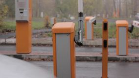 Cargos do ponto de verificação três A porta de levantamento da porta automática da barreira da estrada abre e passa o carro video estoque