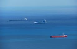 Cargos en mer bleue photographie stock libre de droits