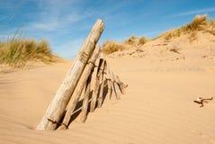Cargos velhos da cerca na areia Foto de Stock Royalty Free