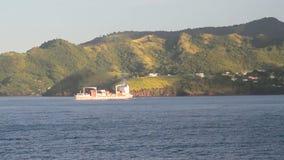 Cargoship και ακτή του τροπικού νησιού Γρεναδίνες Άγιος vincent φιλμ μικρού μήκους