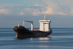 Cargoship auf Überfall im Meer Lizenzfreie Stockfotografie