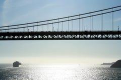CargoShip et pont en porte d'or photos libres de droits