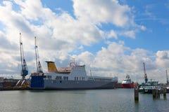 Cargoship grande no porto Imagens de Stock Royalty Free
