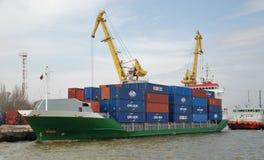 Cargoship in haven royalty-vrije stock afbeelding