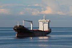 Cargoship na najeździe w morzu Fotografia Royalty Free