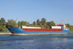 Cargueiro carregado em Kiel Canal fotografia de stock royalty free