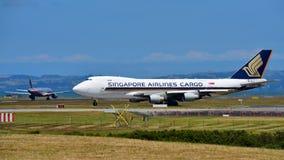 Cargueiro de Singapore Airlines Boeing 747-400 que taxiing no aeroporto internacional de Auckland Foto de Stock