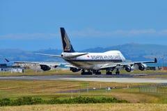 Cargueiro de Singapore Airlines Boeing 747-400 que taxiing no aeroporto internacional de Auckland Imagens de Stock
