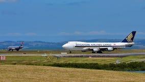 Cargueiro de Singapore Airlines Boeing 747-400 que taxiing no aeroporto internacional de Auckland Fotografia de Stock