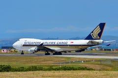Cargueiro de Singapore Airlines Boeing 747-400 que taxiing no aeroporto internacional de Auckland Imagem de Stock Royalty Free
