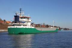 Cargueiro em Kiel Canal imagens de stock