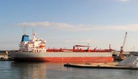 carguero de graneles en un puerto Foto de archivo