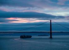 Carguero debajo del Golden Gate antes del amanecer Fotografía de archivo libre de regalías