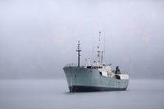 Carguero en el ancla en niebla Foto de archivo libre de regalías