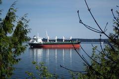 Carguero en nuestro puerto Fotografía de archivo