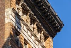Cariátides y cornisa, edificio de ladrillo del siglo XIX, Nueva York Foto de archivo libre de regalías