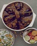 Cari épicé d'aubergine, riz frit et salade images stock