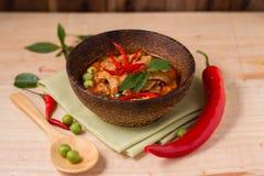 Cari épicé de poulet dans la tasse en bois et la table en bois, thaïlandais populaire Images libres de droits