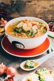 Cari épicé et de soupe avec l'omelette de crevette et de légume Photographie stock