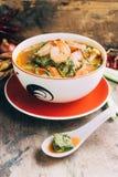 Cari épicé et de soupe avec l'omelette de crevette et de légume Photographie stock libre de droits