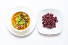 Cari épicé thaïlandais avec la baie de riz dans la cuvette blanche image libre de droits