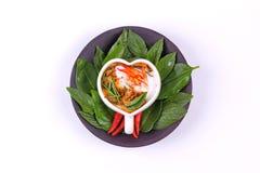 Cari coulé de poissons dans la tasse en forme de coeur Image libre de droits