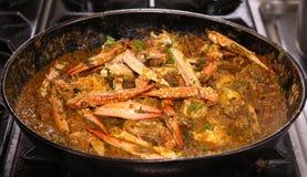 Cari de crabe dans une casserole image libre de droits