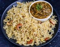 Cari de lentille d'épinards servi avec le sindhi Pulao photo stock