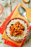 Cari de pois chiche d'aubergine et de tomate avec du riz photographie stock libre de droits