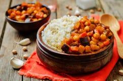 Cari de pois chiche d'aubergine et de tomate avec du riz images libres de droits